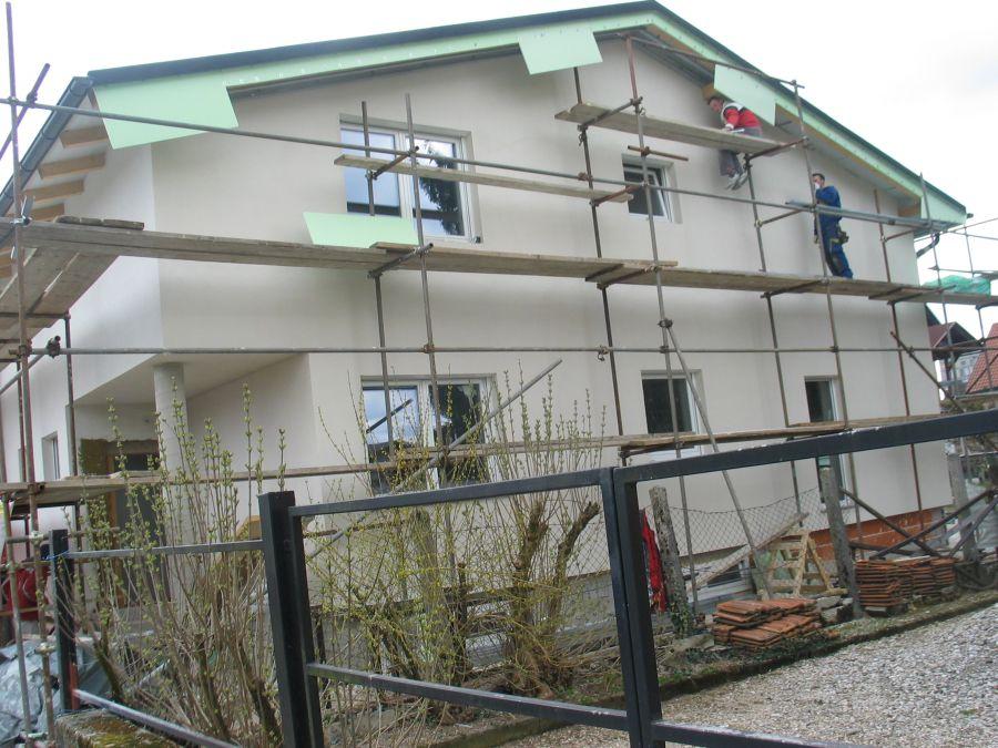 Lepljenje fasadne mrežice z lepilom Rofix Unistar Light in izdelava napuščev