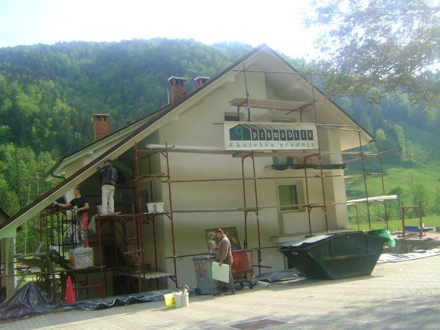 Lepljenje fasadne mrežice z lepilom Caparol in izdelava napuščev