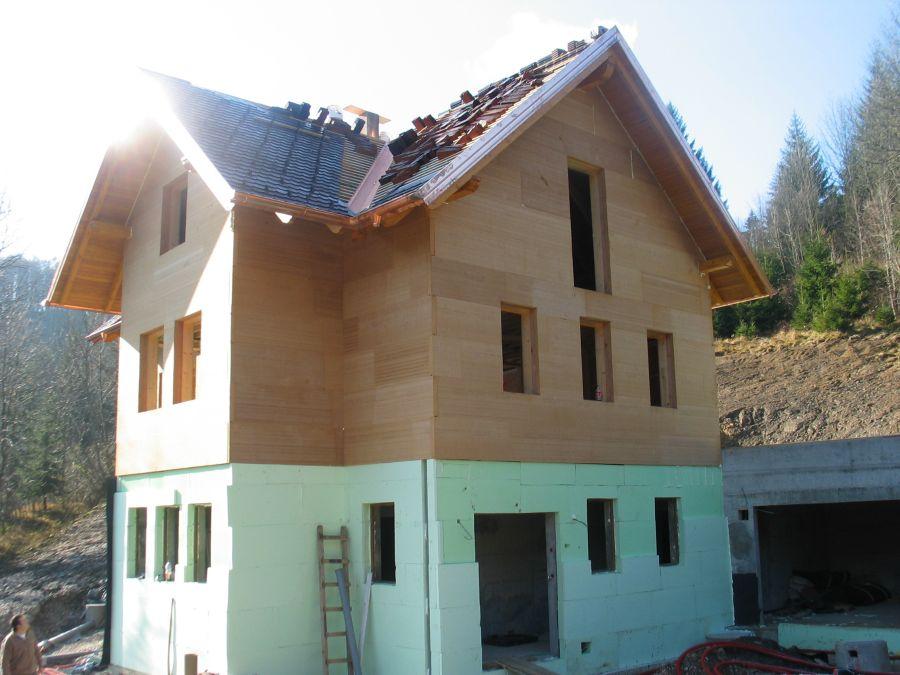 Izdelana toplotna izolacija fasade z Agepan THD ploščami in izdelana toplotna izolacija cokla z ploščami iz ekstrudiranega polistirena - Stirodur