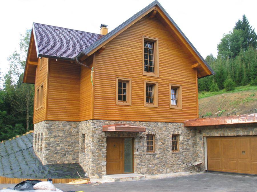 Končana fasada objekta v kombinaciji kamnit cokel in lesena fasada iz poloblic