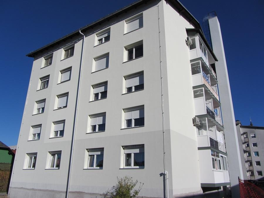 Izdelan zaključni fasadni sloj Caparol na objektu in prebarvan dimnik