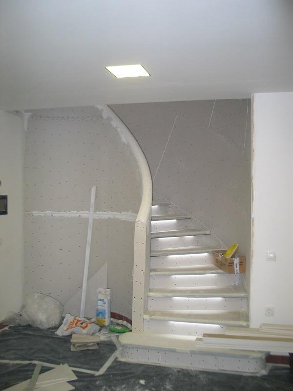 Izdelava mavčno-kartonskih plošč Knauf na polkrožnem stopnišču